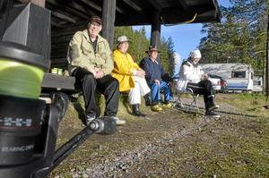 Avkoppling. Paren Curth och Anita Eriksson och Inger och Arne Widner har åkt till Dammsjön i flera år.