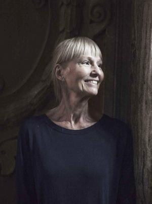 Carola Hansson gör författarbesök i Gävle.