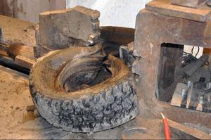Hjärtat i verksamheten: Med 30 tons tryck kläms hjulet ihop varvid fälgen deformeras och faller ut ur hjulet.