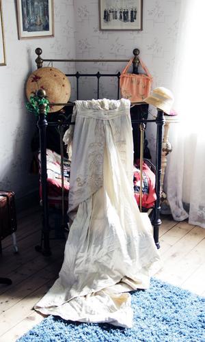 Den vackra balklänningen från 1910-talet har tillhört en doktorinna på Strandvägen i Stockholm.