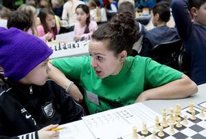Johanna Valentin har aldrig tidigare ordnat ett Chess battle i den här skalan. Rasmus Ulfves var en av runt tusen elever som spelade schack på Tom Tit i går.