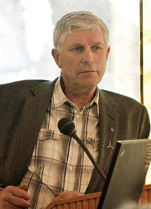 Stig Eng (C) förstår Harmångersbornas frustration, men beslutet ligger fortfarande fast.
