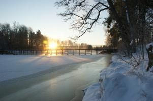 Bilden är tagen på morgonen 1december. Var ca. -18grader. Min kollega går över dammen i Surahammar. Lika kallt som det var vackert den morgonen.