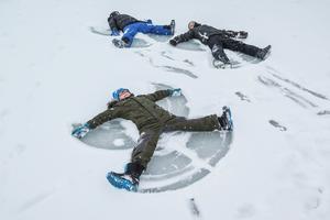 En snöängelbild till, med Aleksander Grishin framför Simon Johansson och Dominick Lindberg.