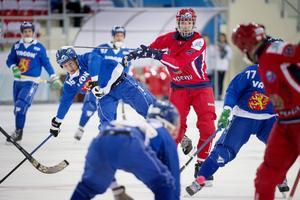 Finlands Ilari Moisala och Rysslands Maxim Ishkeldin under måndagens gruppspelsmatch, som Ryssland vann med hela 9–1.