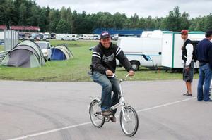 Per Fagerström tog till cykeln för att hämta tidkortet.