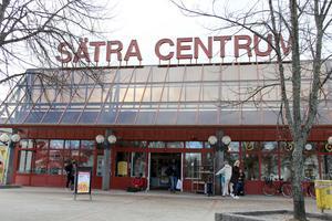 Ungdomar  eldade inne i Sätra centrum så pass att Ica Kvantum tvingades utrymma.
