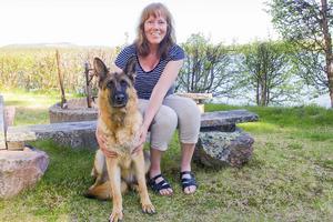 Anette Lennartsson i sitt paradis i stugan i Forsänge vid Svegssjöns strand. I slutet av juli väntar Nala valpar med en snygg schäferhane från Norge och ännu fler hundar kommer in i Anettes liv.