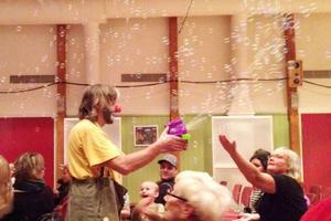 Bollkaos. Det blev både bubblor och jättelika badbollar som avslutade föreställningen i ett allmän kaos.
