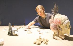 Bordet är täckt med sand, där olika föremål placerats ut.