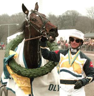Bosse Eklöf med Scandal Play efter segern i Olympiatravet 1999. Nu gör Bosse comeback som kusk i Legends på Solvalla i augusti.
