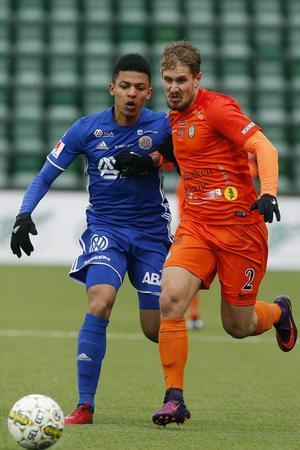 Sundsvalls Romain Gall mot Daniel Björnquist i Eskilstuna under premiären på Norrporten arena.