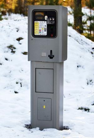 Det ser ut som en parkeringsautomat men här kan man lösa ett dygnskort som ger tillträde till konstsnöspåren.