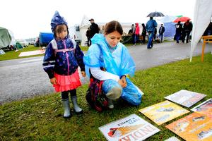 Marian Rühle med dottern Zoe tittade på skyltar under torsdagens Power Snap Meet.