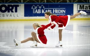 Elin Müller och Klara Larsson i paråkning.