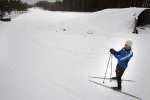 Ola Engelbrekts testar sina skidor i de spår som finns för tillfället på skidstadion på Öster i Hudiksvall.