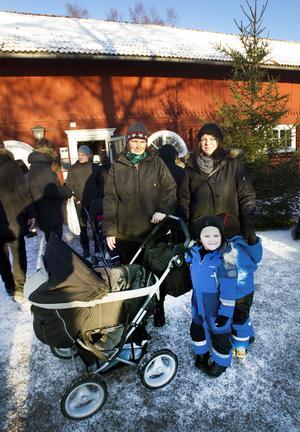 """Handlade GLÖGG. Sanna Fröjdman och Anna Röstberg var med barnen på marknaden. På bilden syns Felix Fröjdman, 3 år, och Isak Forsberg, 3 år. """"Det är sakerna de säljer här och den mysiga miljön som gör att vi åker hit"""", säger Sanna Fröjdman som redan fyndat en flaska av Sandvikens bruksglögg."""