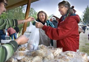 Kusinerna Kerstin Arvidsson, Långhed och Anna-kajsa Persson från Hudiksvall inhandlar hembakt bröd.