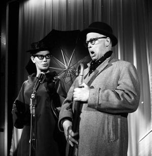 Povel Ramel och Brita Borg i en Knäppupprevy, vi tror att den här är från 60-talet. Håller du med?