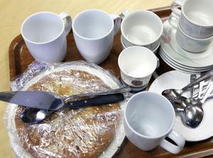 Kaffe med dopp är halva nöjet när man samlas för att sticka och virka ihop.