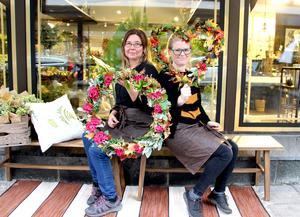 Marie Kronberg och Andrea Lewin tycker om dörrkransar. En krans på dörren gör det välkomnande att komma hem.