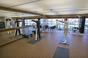 June Miller testar pilates för första gången i Saga Rubys gym.