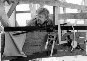 Funkar? PO Ultvedt vid en av sina skulpturer. Bilden från 1980, samma år som Västerås konstmuseum hade en stor utställning med honom.