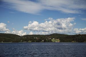 Från båten blickar man ut över vackra landskap.