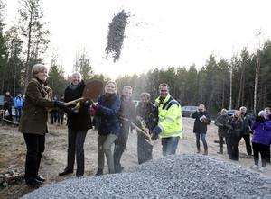 Maria Norrfalk, Mikael Schoultz, Charlotta Ryd, Magnus Jonsson, Lars fröding och Johan Eriksson tar det första spadtaget till bygget av vindkraftparken i kommunerna Ockelbo och Falun.