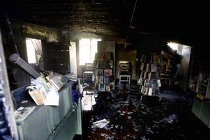 ELDHÄRJADES. Strax efter 20-tiden på lördagen började biblioteket  i Österfärnebo att brinna. Styrkor från Österfärnebo, Gävle, Hedesunda och Sandviken arbetade med att släcka branden.