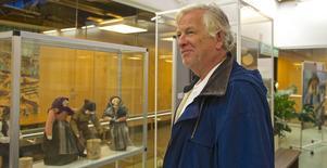 Lasse Lomander gillar konst. Här tittar han på Aina Lorin Löövs tovade dockor.