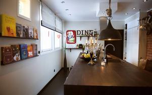 Köket är långsmalt men känns rymligt med den stora köksön.
