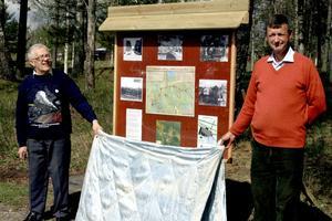 Den gamla ASLJ-banvallen ska förses med fler skyltar om olika sevärdheter, liknande den som Eric Renstrand och Erik-Johan Hjelm invigde.BILD: JESSICA UHLIN