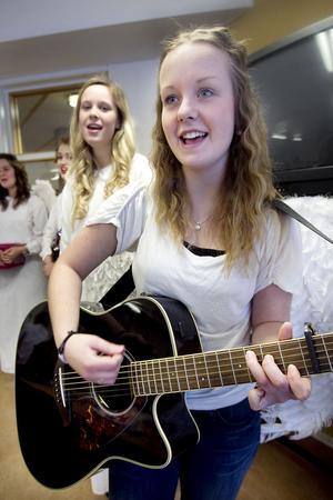 Lovisa Pettersson kompade på gitarr. I bakgrunden Karin Regnander.