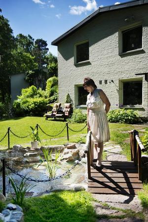 Vattenspegel. Ulla Bruhn gillar sin trädgård. I dag finns även ett vattenfall och en damm där.