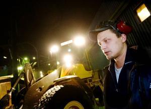 """Peter Eriksson har varit med om två företagsnedläggningar. Nu hoppas han att det inte ska bli tredje gången         gillt och att företagsledningen lyckas reda ut den ekonomiskt trassliga situationen. """"Jag vill jobba kvar. Jag trivs här"""", säger han. Foto: Ulrika Andersson"""