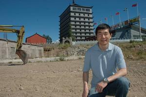 SOPOR BORTA I TID. Bakom Kenny Li låg det tidigare drygt 500 ton bygg- och rivningsavfall. Kenny Li är glad att de hann få bort allt innan den 14 juli. Nu slipper de betala vite.