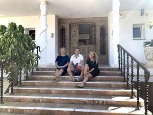 Lena, David och Caroline på sin spanska trappa.