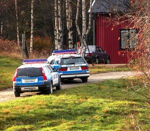 Poliserna hittade den misstänkta flyktbilen utanför ett hus i Lagfors. Spåren ledde vidare till Söråker i går kväll. Två personer förhördes under gårdagen och en anhölls i sin frånvaro.