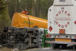Bensin från lastbilens tank slangades över till en rekvirerad tankbil.