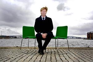 Dubbla stolar skapar problem för landstingspolitiker. Rodney Engström riktar kritik mot att många politiker i landstinget får intressekonflikter på grund av att de även har förtroendeposter inom sin egen hemkommun.