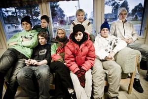 Hela högstadiet samlat. Här är de åtta elever skolfrågan i Ramsjö handlar om. Främst sitter från vänster Hampus Östh, Hanna Eriksson, Simone Forsberg och Jesper Jönsson. I bakre raden sitter från vänster Olle Nilsson, Tobias Hammarström, Anton Hammarström och Felix Nordström.