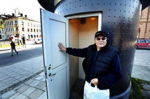 Titta här, helt tomma väggar. Ingvar Jacobsson, Allsta, vill förmå kommunen att sätta upp hängare.