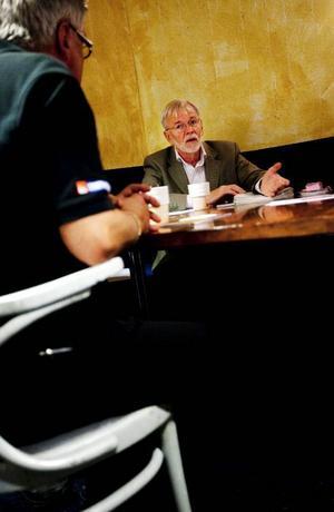 Roland Östling från prostatacancerföreningen Träpatronerna i Sundsvall träffade Lennart Lindow från Jämtgubben i går för att prata insamling till ytterligare en strålkanon i Sundsvall. Foto: Håkan Luthman