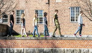 Inspirerad av omslaget till The Beatles Abbey Road går bandet på muren framför musikhuset.