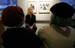 Konsttanterna Vivan och Maud har slagit följe med Ewa Carlsson till Galleri S. Där sitter de och beundrar en tavla med sina egna ryggar.  Foto: Henrik Flygare