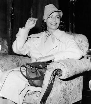 Greta Garbo var född för att bära trenchcoat.