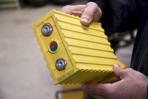 Nya batterier. 16 stycken litiumbatterier (ca 50 kg) ska monteras på slutversionen.
