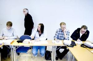 Lugnet är påtagligt i studierummet. Anita Järvi, Ann-Sofie Örn, Erik Heldefalk och Harri Vuori koncentrerar sig på sina uppgifter.