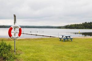 Vid sjön Malmjärn i västra Gästrikland händer det hemska saker, i romanen